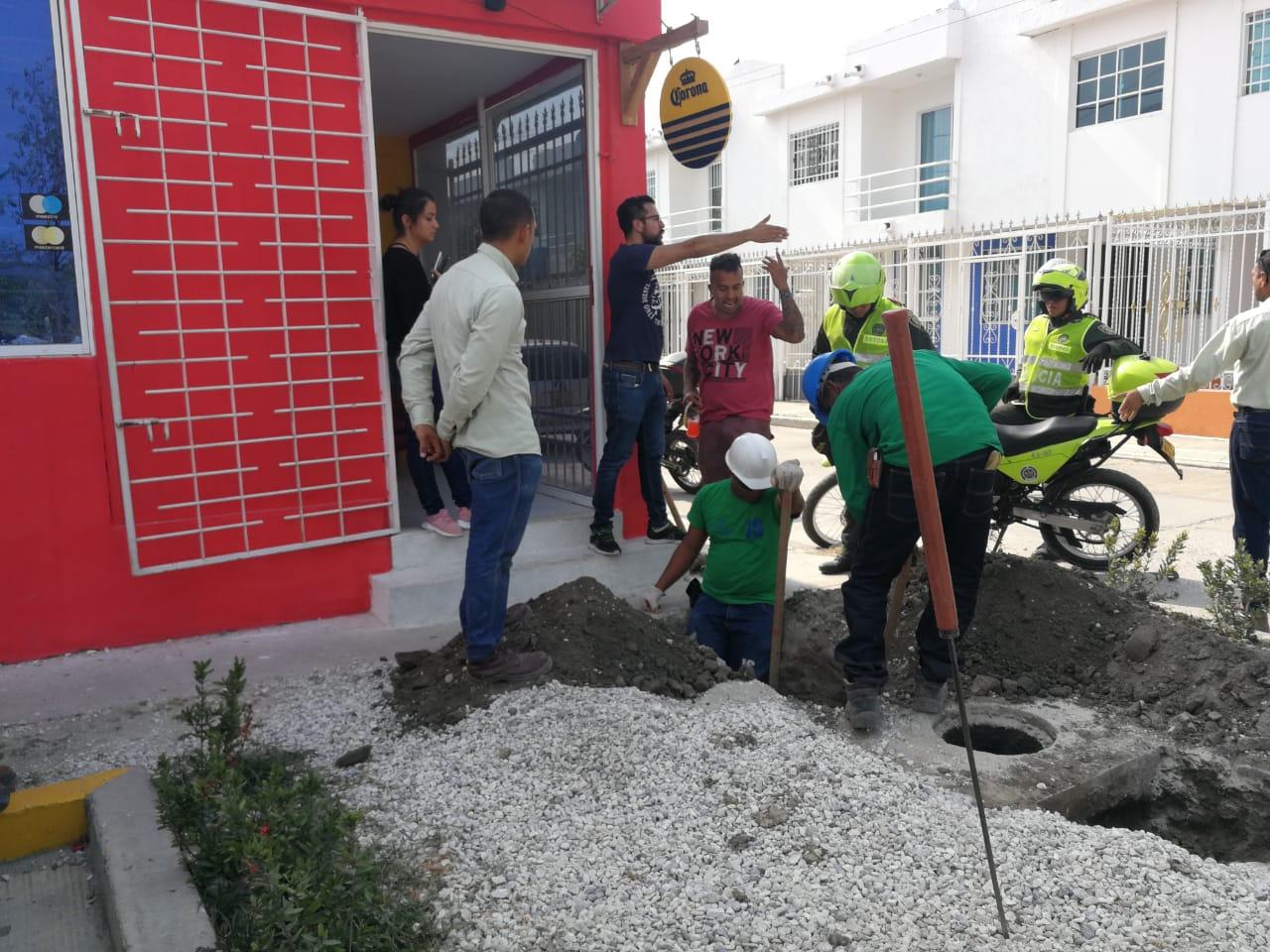 Momento en que operarios de Gases del Caribe trataban de ubicar la fuga que habría provocado el accidente.