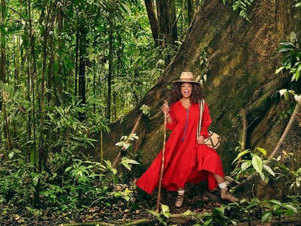 Oprah Winfrey luciendo la mochila Kankuama hecha en la Sierra Nevada de Santa Marta