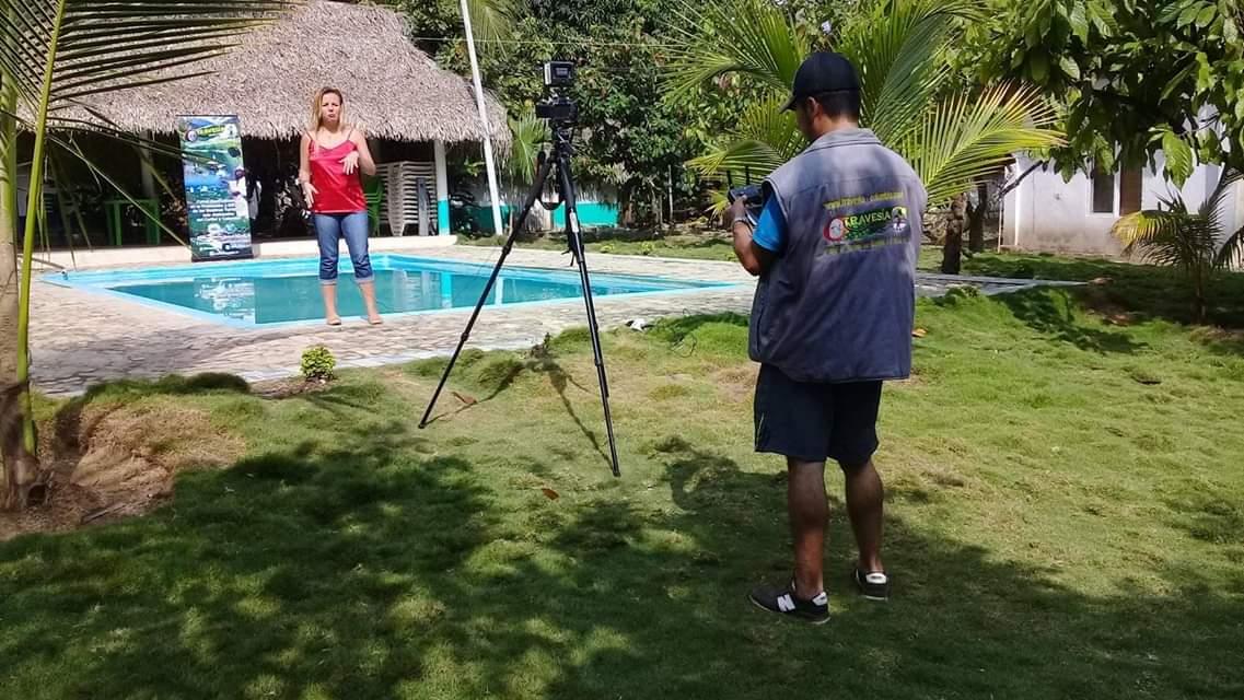 Daniela Salom, laborando para Travesía TV. Gustavo Durán (de espaldas), camarógrafo.