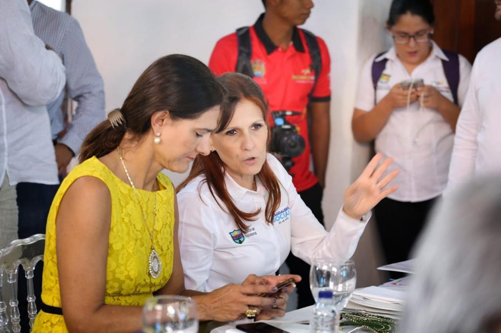 La gobernadora Rosa Cotes dialogando con la ministra Ángela María Orozco.