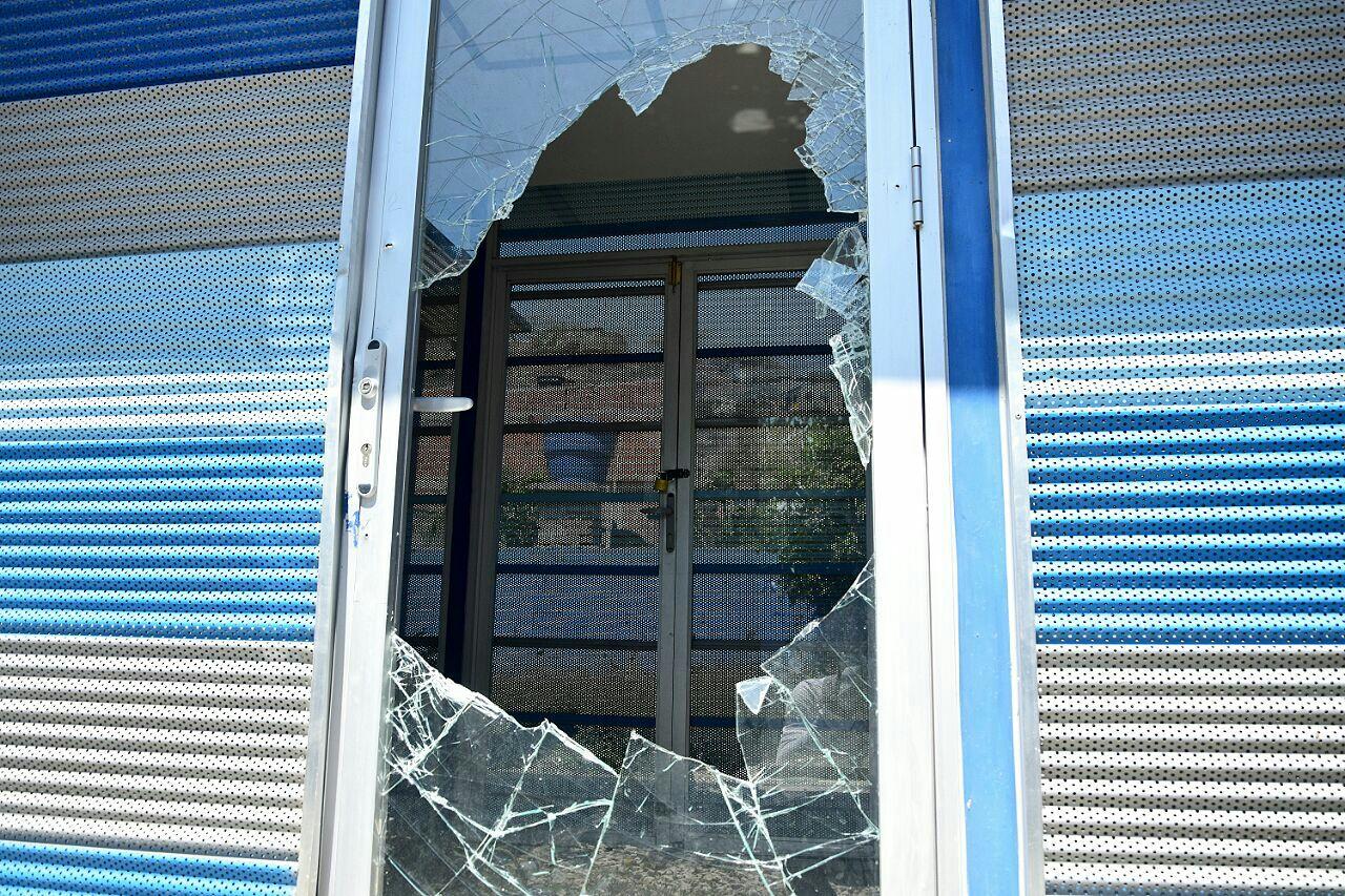 Vidrios rotos y puertas caídas dejaron delincuentes en el centro de emprendimiento en el barrio Miguel Pinedo