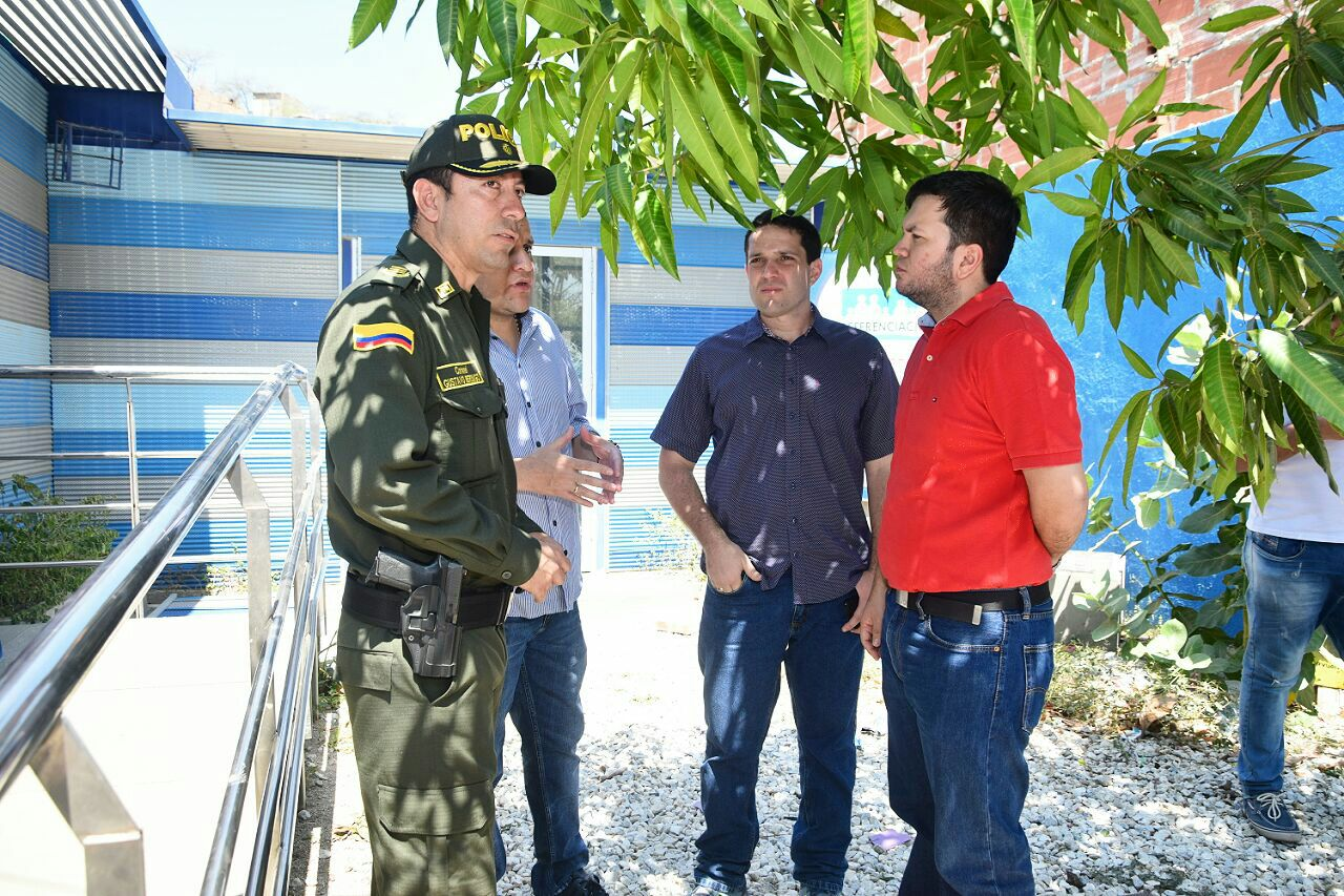 El Coronel Gustavo Berdugo, el Secretario de Seguridad Camilo George y otros miembros presentes en el lugar del hurto