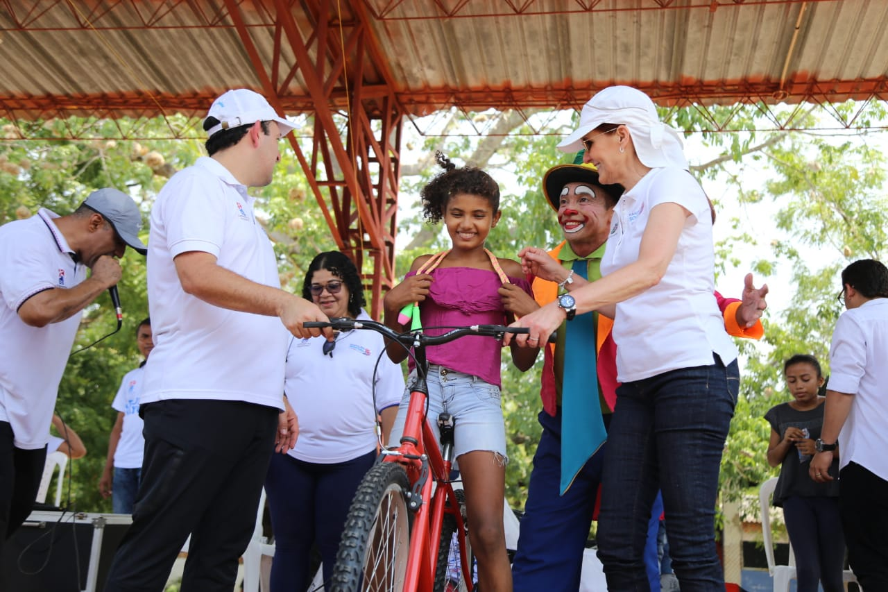 Entrega de bicicletas a los niños damnificados de este municipio