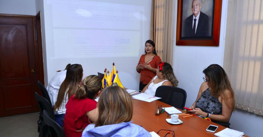 Miembros de la Universidad Sergio Arboleda, Santa Marta, en compañía de funcionarios de la Corporación Opción Legal y la Agencia de la ONU para los refugiados ACNUR, en el marco de las capacitaciones que se emprendieron para desarrollara el programa que beneficiará a migrantes.