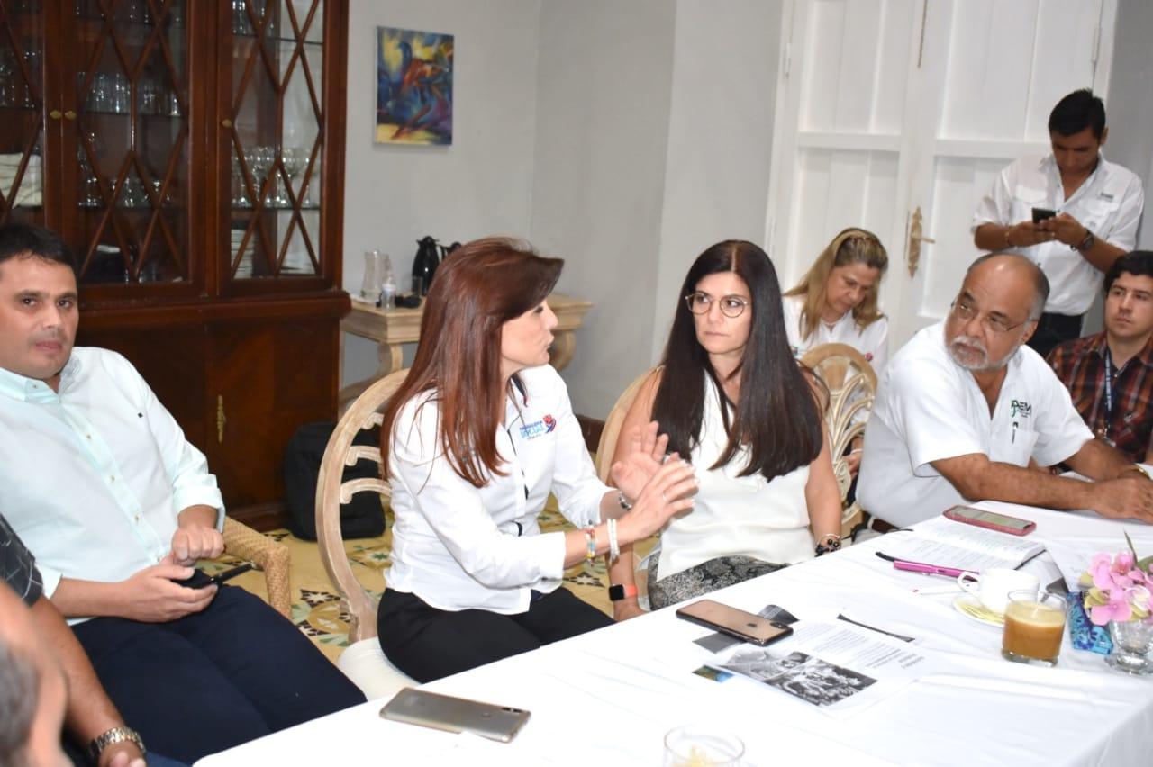 Gobernadora del Magdalena en diálogo con la Directora del Fondo Nacional de Turismo.
