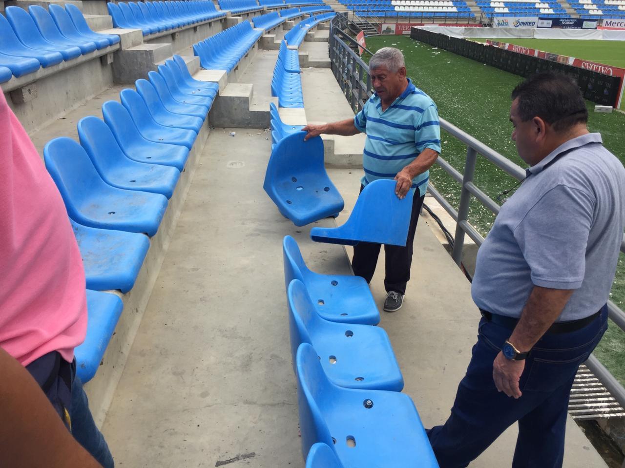 Los desadaptados arrancaron sillas de la tribuna para agredir a los jugadores.