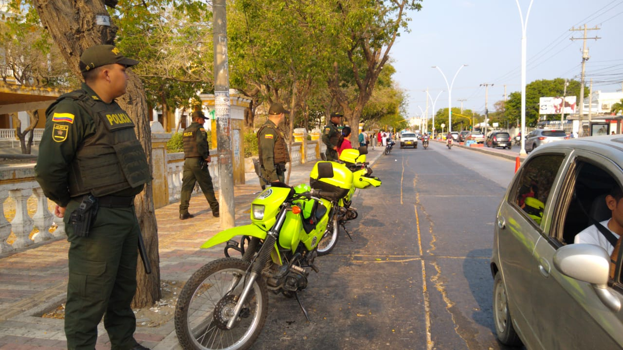 Policías vigilan distintos puntos de la ciudad para evitar alteración del orden público.