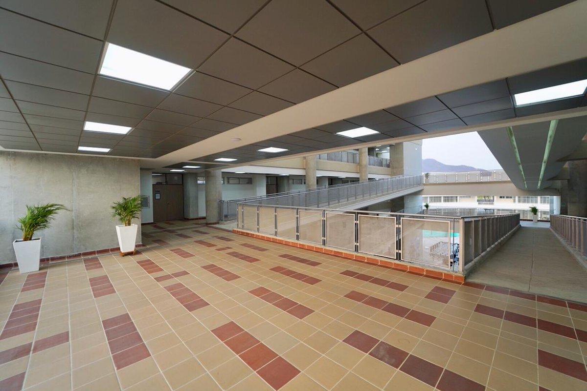 Cuenta con zonas de acceso para personas con movilidad reducida, como ascensores y rampas bajo cubierta.