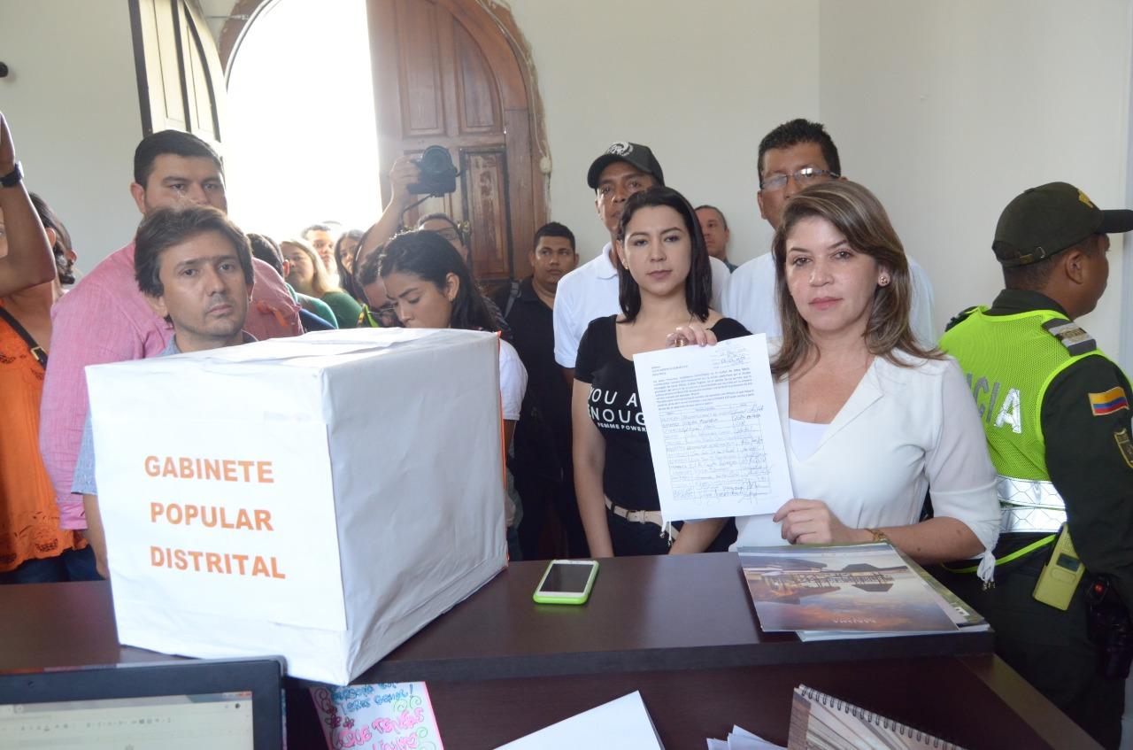 El gabinete popular de exsecretarios llegó hasta la Alcaldía para entregar 10 mil firmas en contra de Veolia.