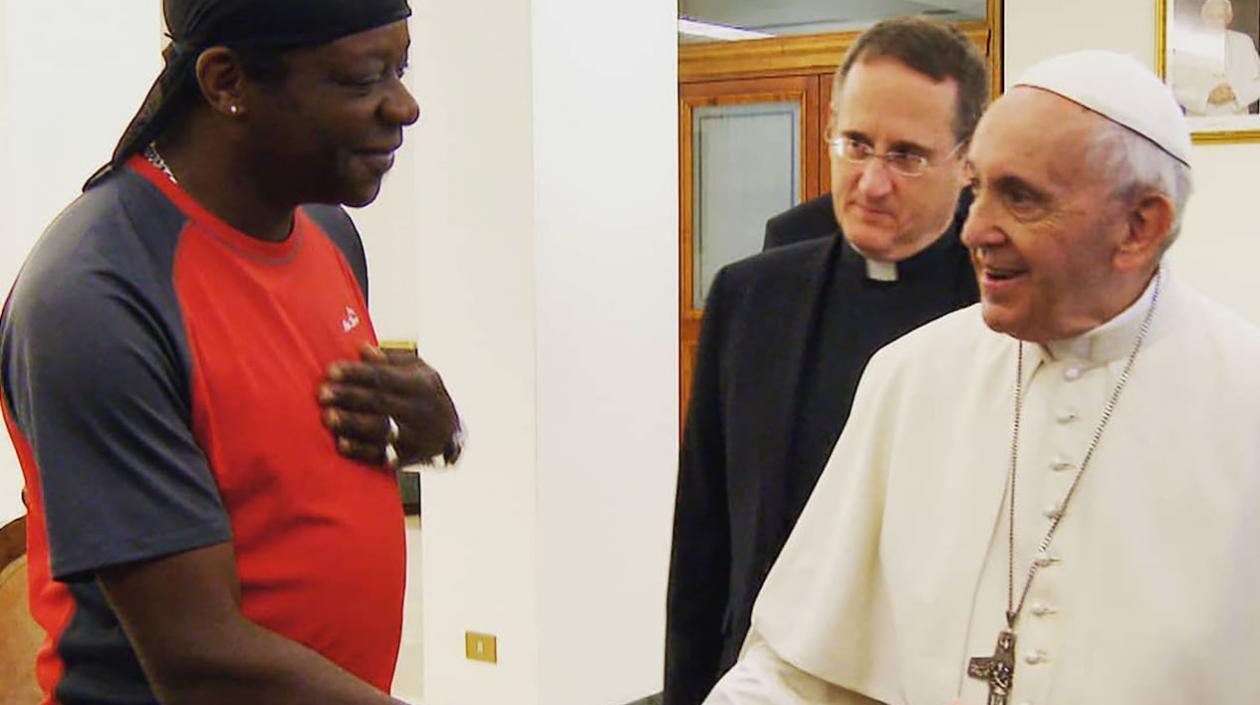 Stephen K. Amos y el papa Francisco.