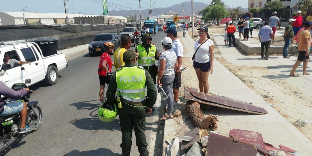 La Policía en el lugar, intentando llegar a un acuerdo con la comunidad.