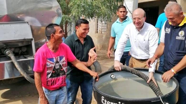 El alcalde (e) Andrés Rugeles acompañando la entrega de agua en los barrios.