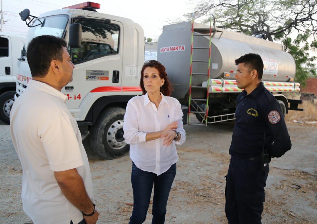 La Gobernadora ha liderado la entrega del líquido.