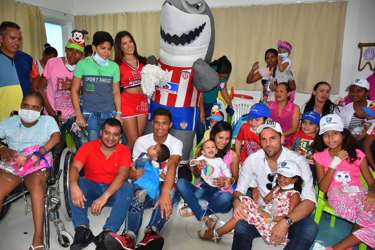 Teófilo Gutiérrez y Sebastián Viera con los niños.