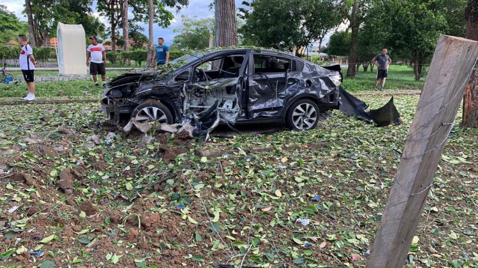 Una de las cargas destruyó un vehículo que estaba estacionado.