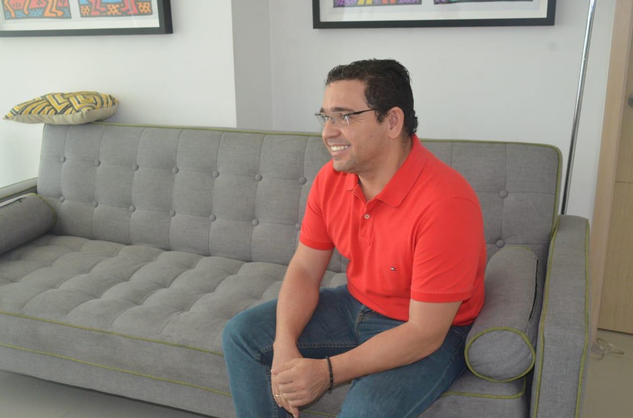 Rafael Martínez en el apartamento donde cumple su detención domiciliaria.