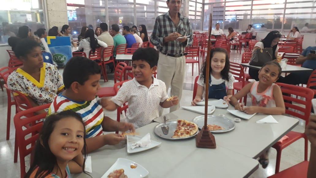 Esta es la prueba de que los niños estaban consumiendo en la plazoleta de comidas, la tarde que los expulsaron del Ocean Mall.