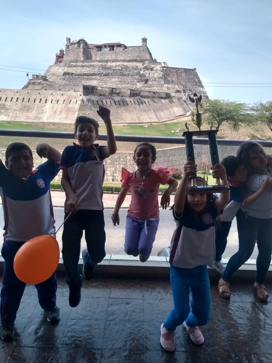 En un centro comercial de Cartagena incentivan la práctica de ajedrez, en vez de expulsarlos.
