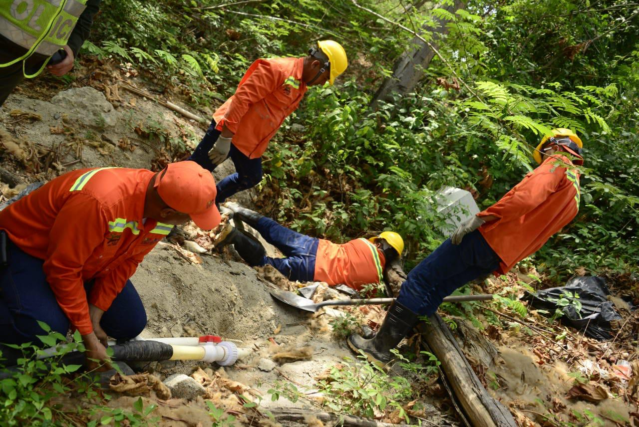 La Essmar y la Policía retiraron este jueves 16 conexiones ilegales en el río Piedras.