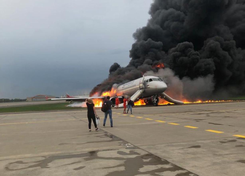 Avión en llamas en aeropuerto ruso