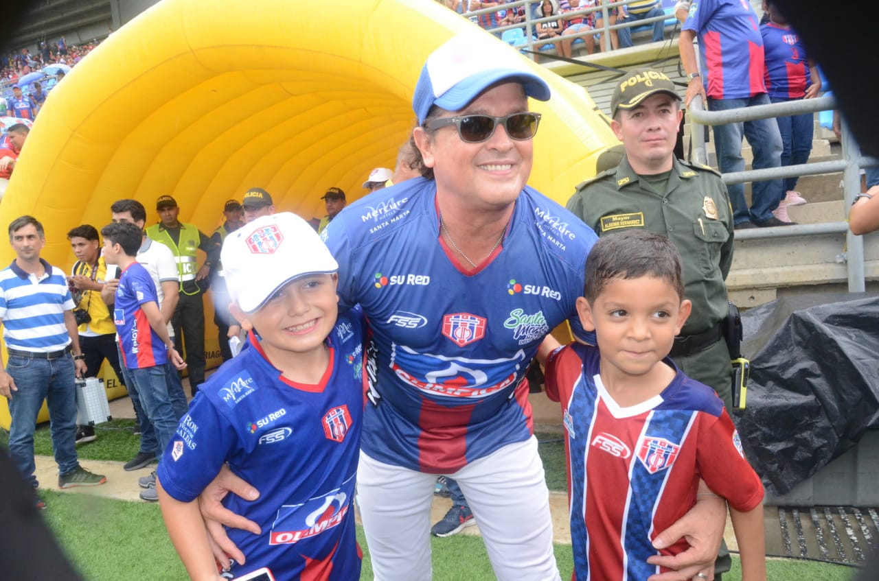 El cantante samario Carlos Vives fue testigo del encuentro deportivo y amenizó con el himno nacional