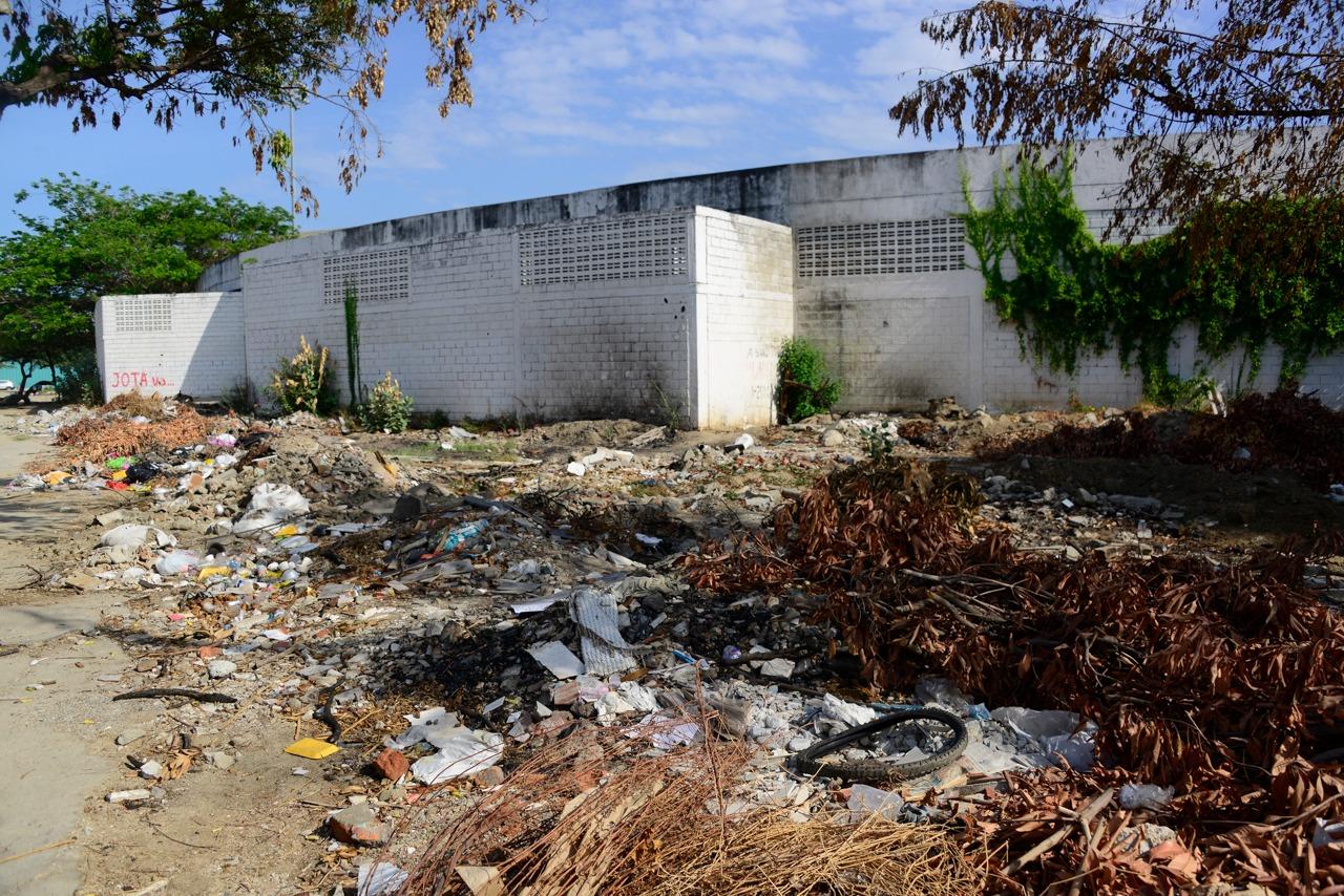 Los alrededores del estadio están en llenos de basuras y escombros.