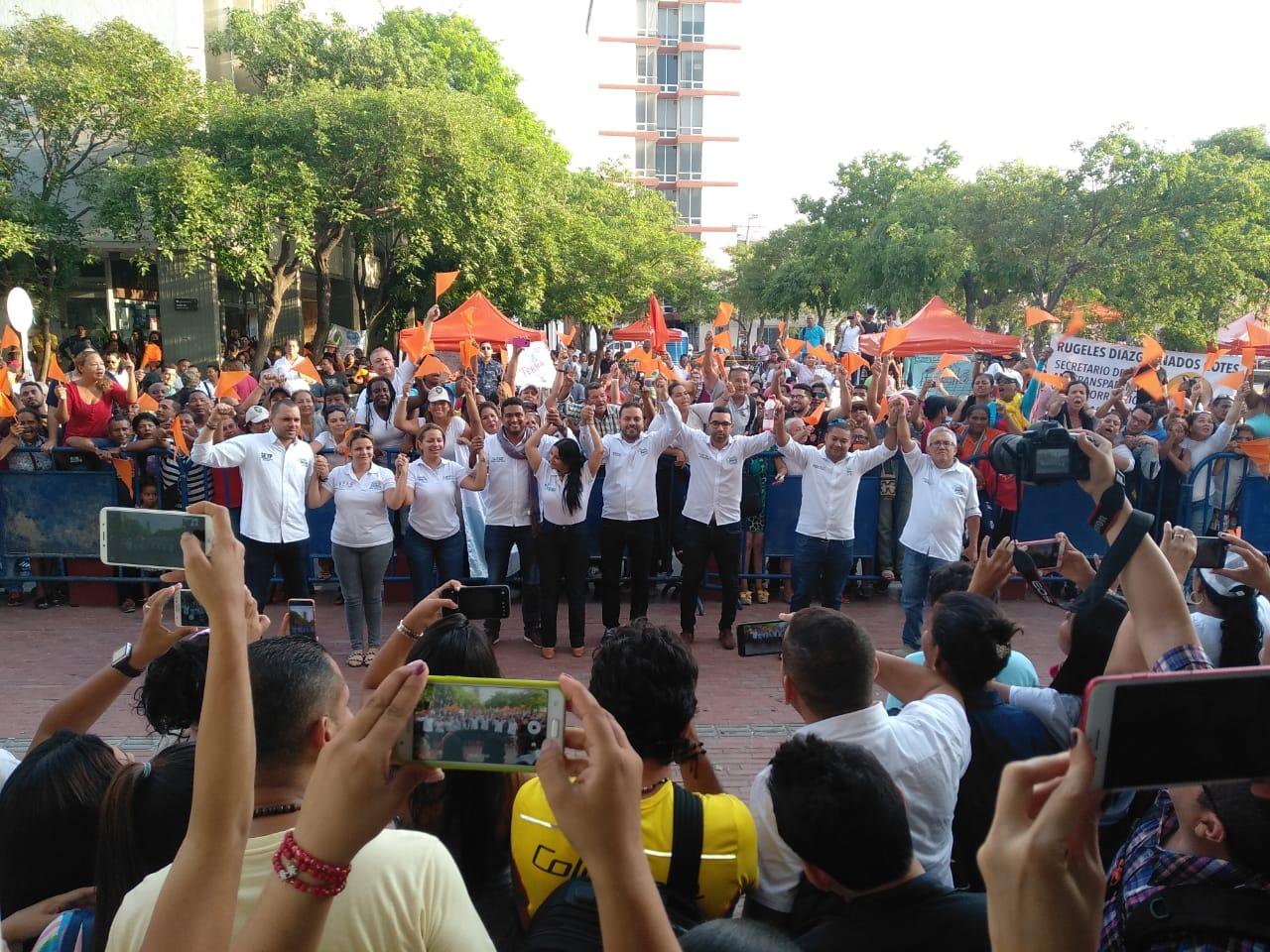 Los 11 huelguistas salieron a recibir el apoyo de los simpatizantes de Fuerza Ciudadana.