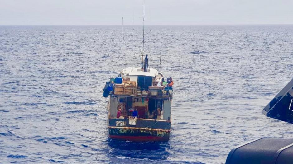 La embarcación de bandera dominicana pescaba en aguas colombianas.Foto: Armada Nacional Embarcación Iguazú.