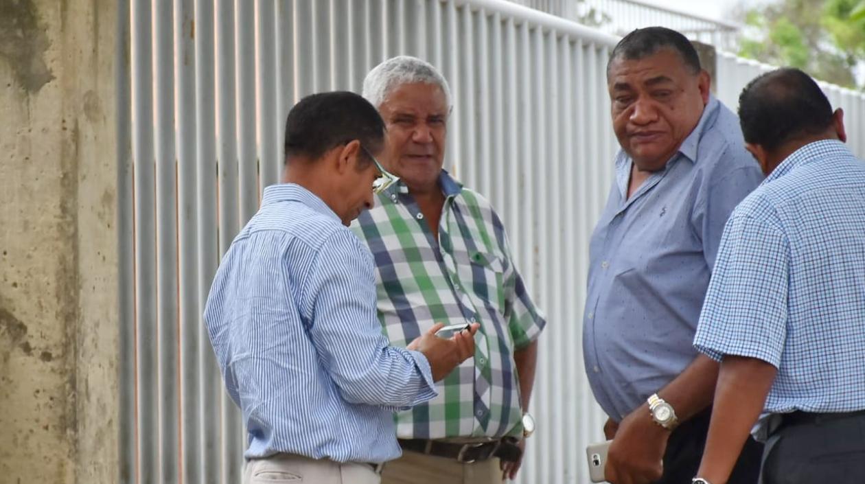Roberto Guillot (camisa a cuadros), pidió las autoridades esclarecer el accidente en el que murió su hija.
