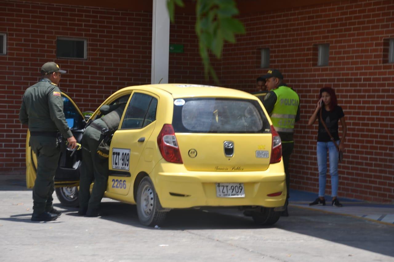 Los policías auxiliaron al conductor y lo llevaron a al Hospital, donde fue atendido por galenos.