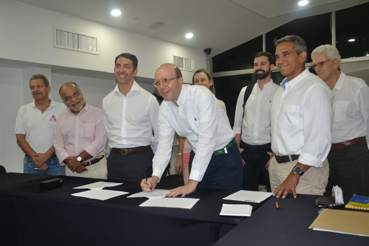 alcalde encargado de la ciudad, Andrés Rugeles, junto al director General de la Agencia Nacional de Contratación Pública, José Omeara, y el presidente ejecutivo de la Cámara de Comercio, Alfonso Lastra.