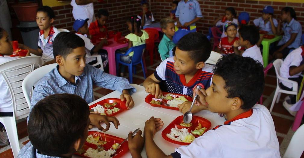 Este programa tiene una cobertura de 130 mil 825 estudiantes, entre niños, niñas, y adolescentes distribuidos en los 28 municipios no certificados.