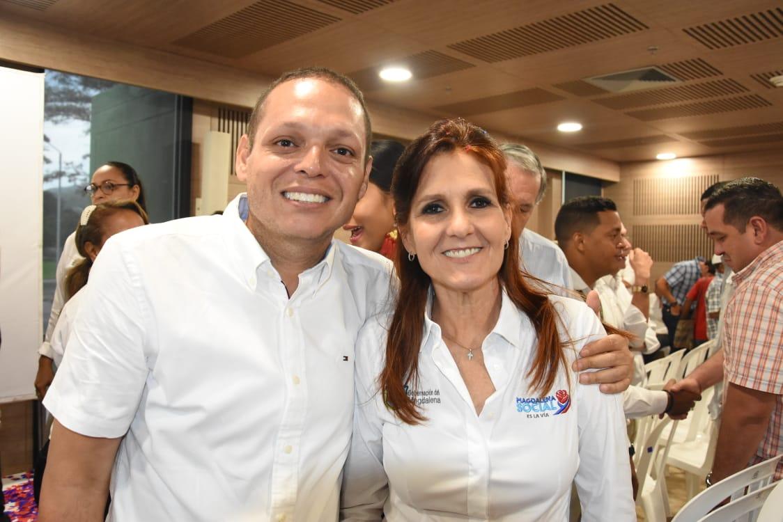 La gobernadora estuvo acompañada por varios alcaldes, entre esos el Nene Pérez, de Ciénaga.