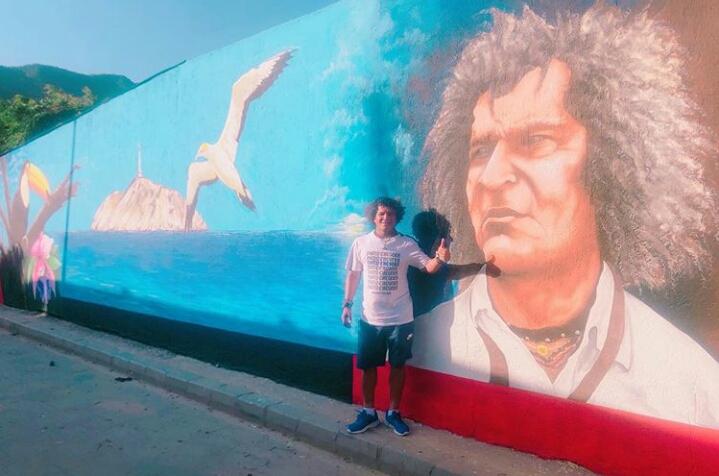 Alberto Gamero visitando el mural en Bastidas.