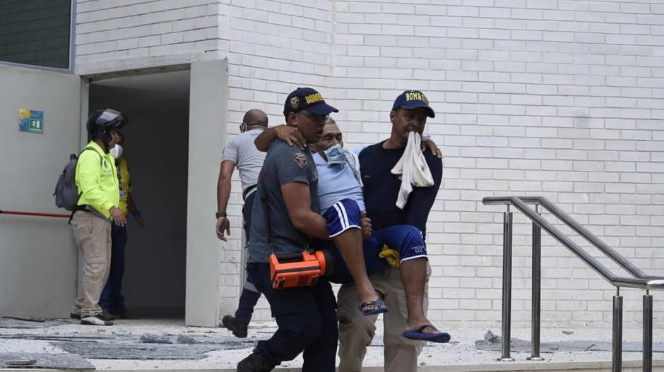 El hombre fue evacuado por dos miembros de los bomberos.