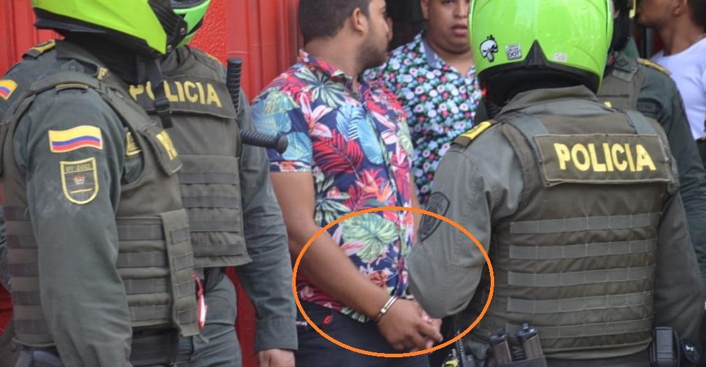 Supuestamente los 9 agentes solo pedían identificaciones, pero a Jhon Castrillón se lo llevaron esposado.