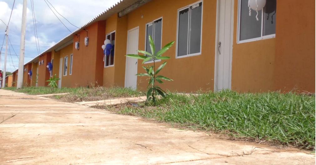 La administración departamental gestionó proyectos de vivienda gratuita y rural en el que se han beneficiado más de tres mil familias.
