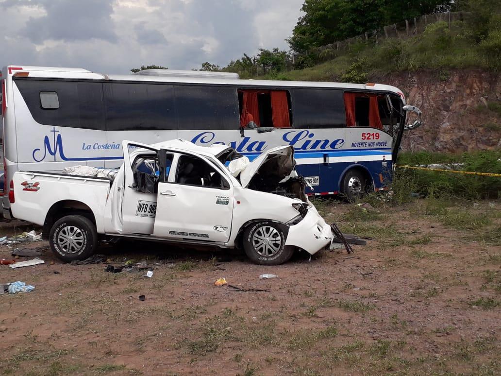 El vehículo y el bus chocaron en la salida del municipio de Bosconia.
