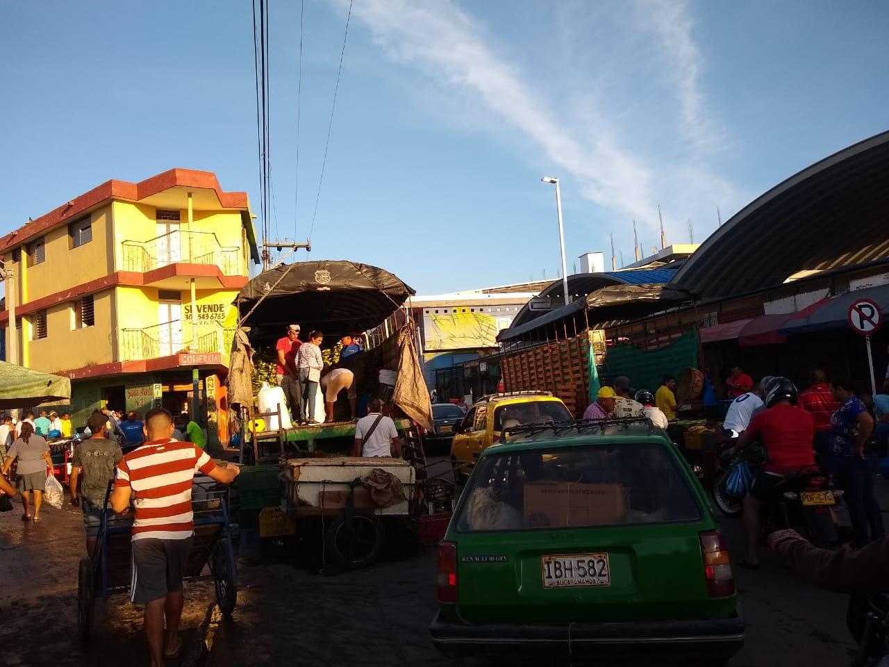 Carros y carretillas invaden las calles