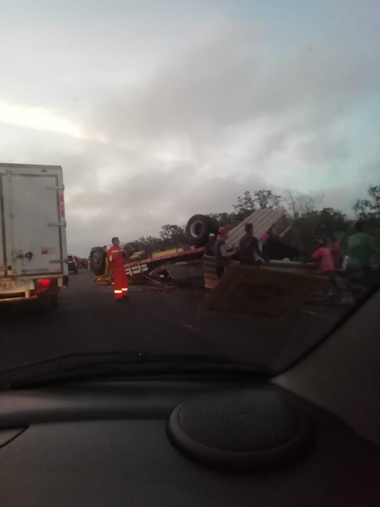 El conductor fallecido quedó atrapado en el vehículo.