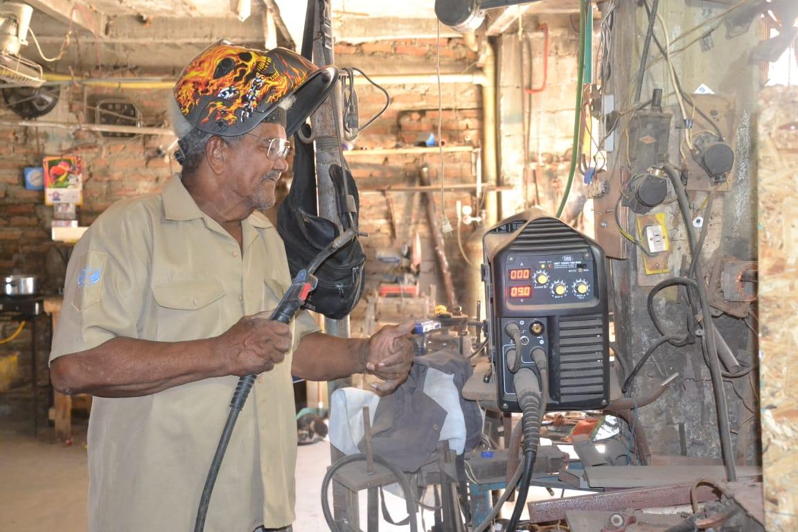 'Balín' trabajando en su taller de soldadura.