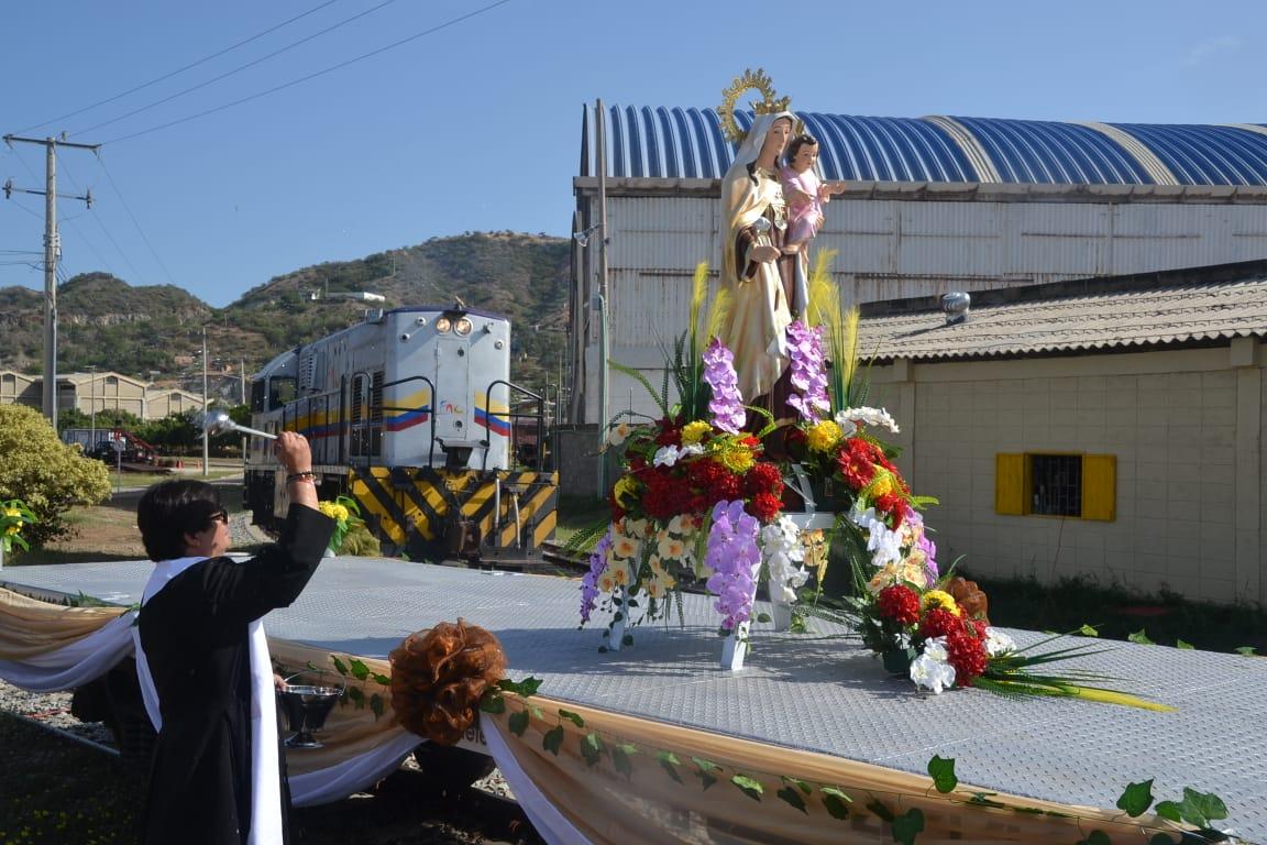 Antes de salir, un sacerdote bendijo la imagen de la virgen.