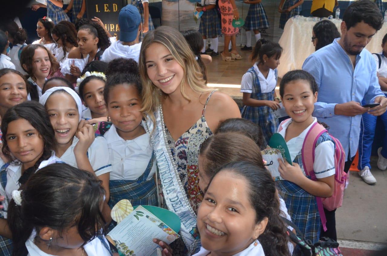 Las estudiantes recibieron con mucho amor a la soberana de los mares samarios.