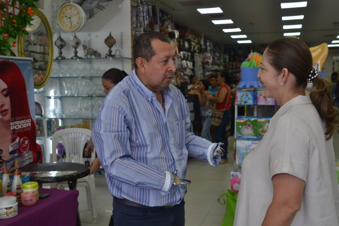 Jorge Bedoya y su esposa, Marta Giraldo, propietarios de Cacharrería la 11 y Variedades la Quinta