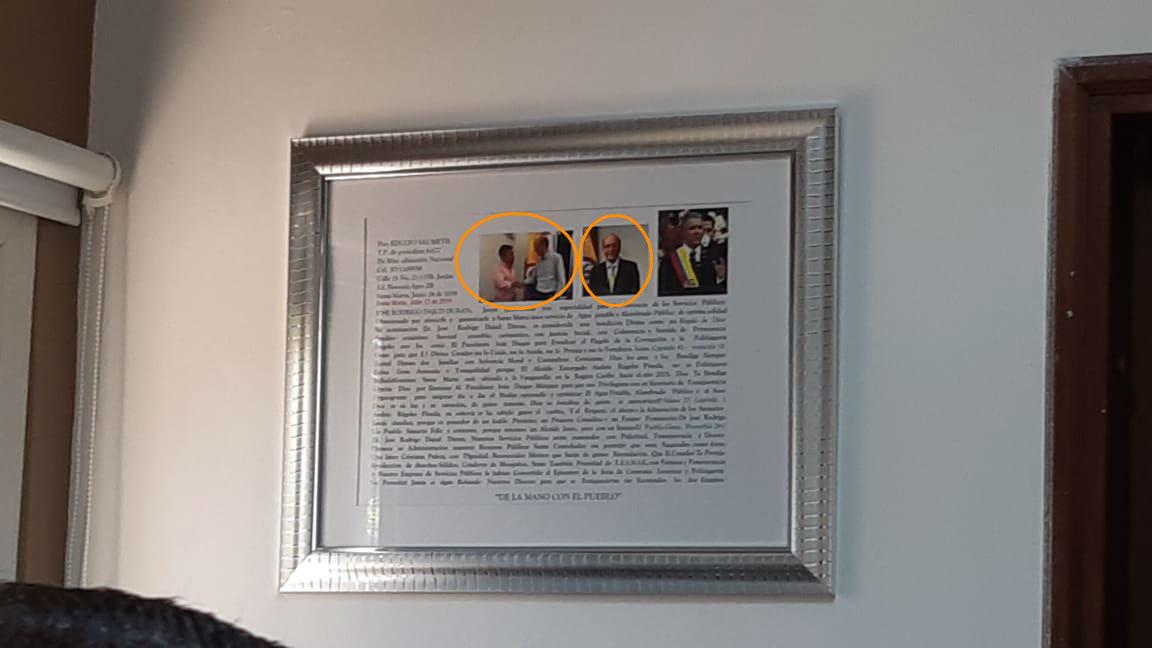Este es el cuadro en el que el gerente exhibe las fotos de Iván Duque y Andrés Rugeles.