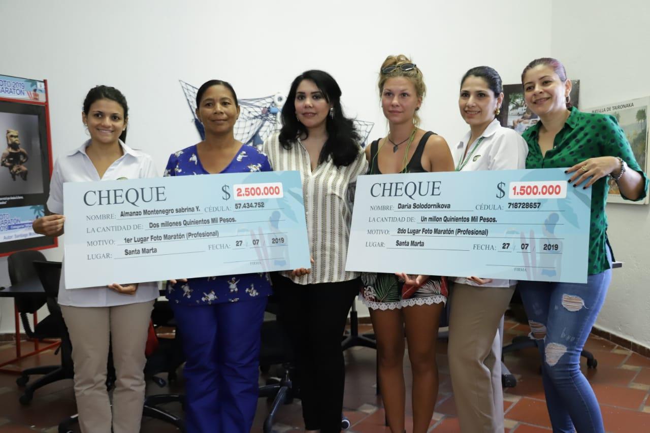 Cindy Zawady, secretaria de Cultura y Daabon hacen entrega de los premios a los ganadores Fotomaratón