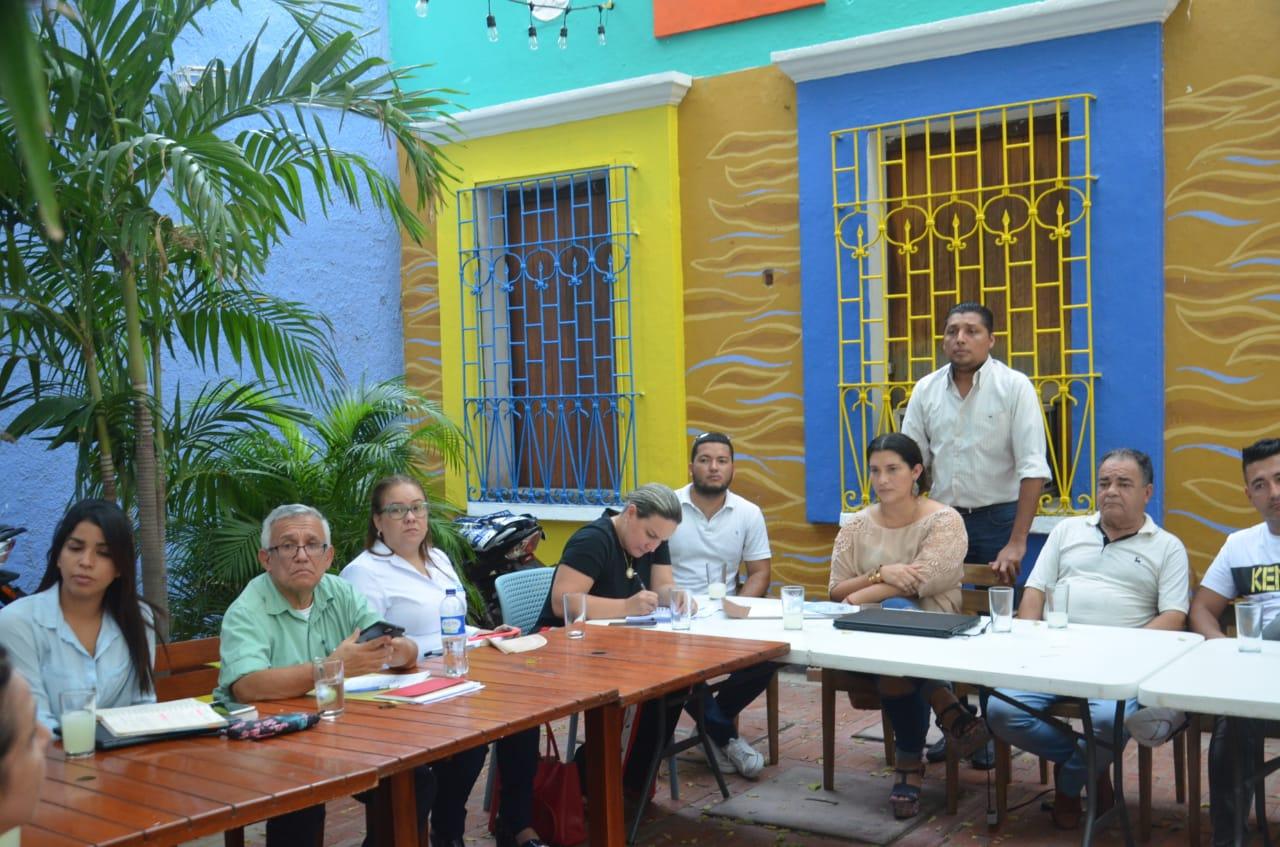 Secretario de Gobierno, Adolfo Bula junto a comerciantes del Centro