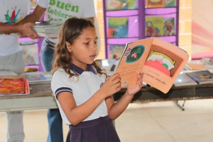 A cada niño le entregaron cuentos del programa nacional 'Leer es mi Cuento'.