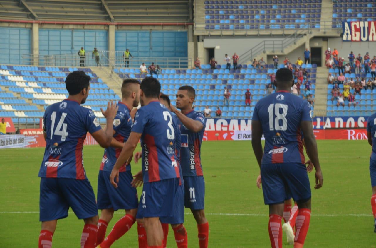 Abel Aguilar celebra su gol con sus compañeros.