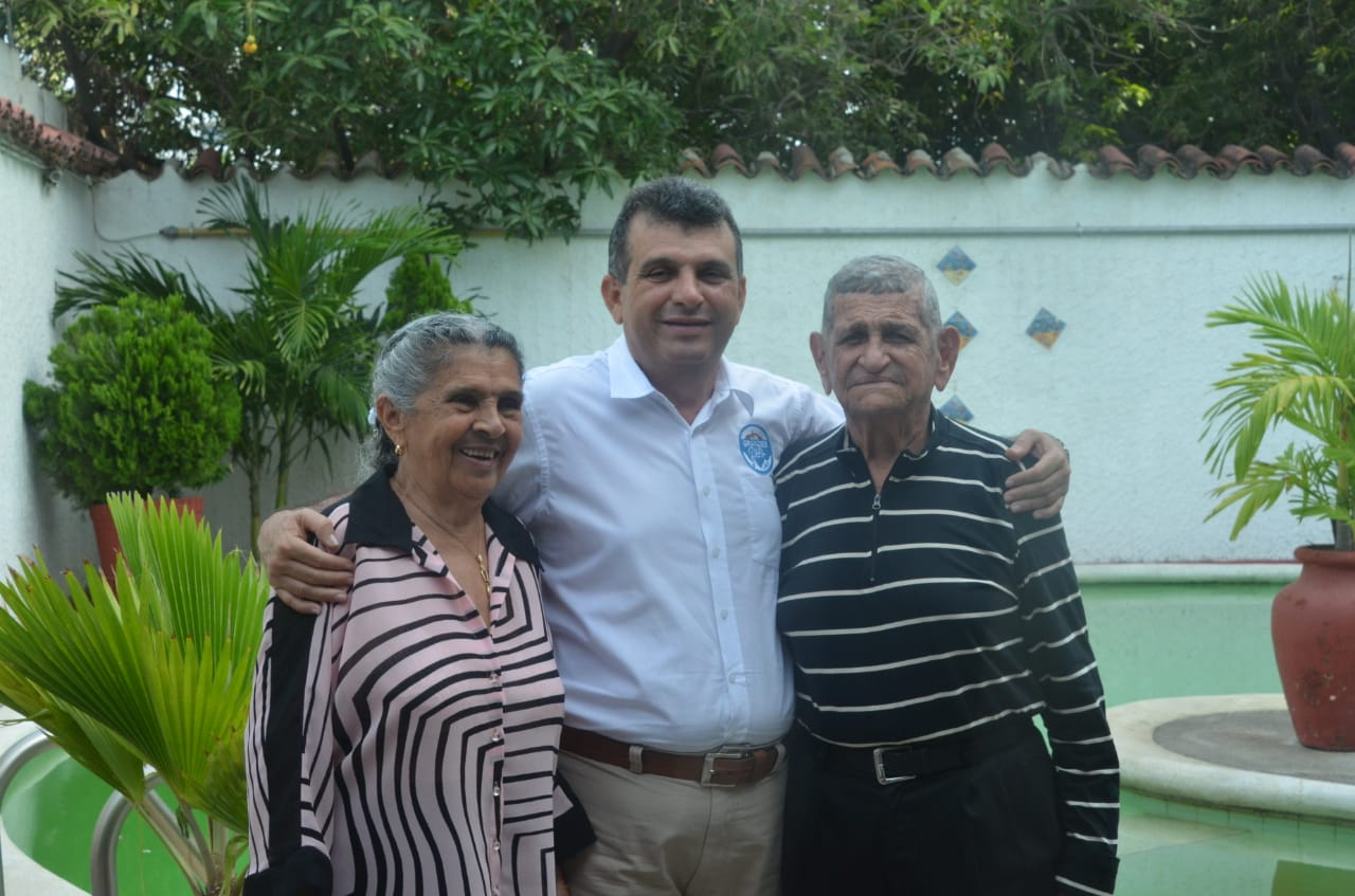 Humberto Díaz junto a sus padres.